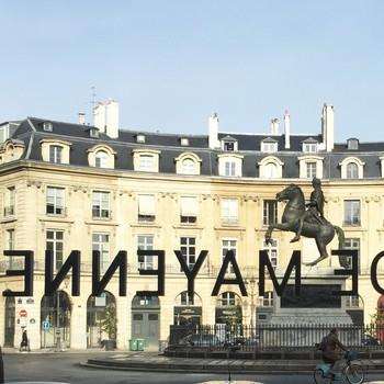 [ Un peu d'Histoire] La place des Victoires inaugurée en 1686 sous le règne de Louis XIV est la plus ancienne place circulaire de la capitale. Elle est bâtie en un an selon un plan de Jules Hardouin Mansart et terminée en 1685. On y reconnaît l'expression du grand style en vogue à Paris dans le dernier quart du XVIIe siècle. Ce style architectural déjà illustré à l'hôtel Lully, rue des petits champs, se retrouvera sublimé un peu plus tard place Vendôme. En 2019, Toiles de Mayenne ouvre sur cette place une boutique emblématique du renouveau de la marque. Anecdote incroyable : l'adresse du 5 place des Victoires se révèle avoir été celle de l'un des fondateurs de la Manufacture Mayennaise juste avant qu'il ne quitte Paris pour seconder sa tante et prendre sa succession à la tête de Toiles de Mayenne. #toilesdemayenne  #fabricationfrançaise #savoirfairefrançais #epv #soutienauxentreprisesfrançaises #décorationintérieure #decoration #homedecor #homeinspiration #home #homesweethome #interiorliving #architectureintérieure #êtrebienchezsoi