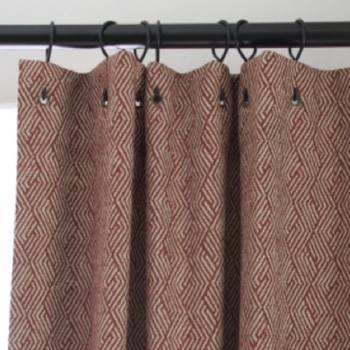[Sur Mesure] il existe d'autres manières d'accrocher les rideaux... Poussez la porte de l'une de nos boutiques et venez découvrir les façons que nous vous proposons. En photo, les Crochets Chics. #toilesdemayenne #papyrustoilesdemayenne #savoirfairefrancais #fabricationfrancaise #epv