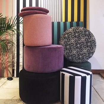 [ Sur-mesure ] Vous choisissez la taille et le tissu, nous fabriquons votre pouf. Il sera unique et correspondra précisément à votre intérieur et à vos goûts. En choisissant l'option déhoussable, vous pouvez même prévoir de changer son look d'ici quelques temps. #manufacturetoilesdemayenne #rideauxtoilesdemayenne #rideaux #rideau #surmesure #rideauxsurmesure #colorthérapie #savoirfairefrançais #epv #upholstery #décorationintérieure #decoration #homedecor #homeinspiration #home #homesweethome #interiorliving #architectureintérieure #êtrebienchezsoi