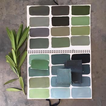 [ Vert de gris ] En choisissant pour votre intérieur des teintes légèrement rompues (avec une pointe de noir dans la couleur) vous exprimez une envie d'élégance et de subtilité. En effet, ce type de palette sera idéale pour mettre en valeur les jolis objets de votre pièce, les détails colorés des coussins, le ciel ou la vue sur un jardin, ou encore les personnes qui viendront habiter l'espace. La lumière enrichira ces nuances en les faisant varier au point de parfois vraiment modifier une teinte entre le matin et le soir. Bon à savoir : la gamme des verts et des bleus grisés donnera une atmosphère calme et rassurante, relaxante et propice aux conversations sincères. #couleurstoilesdemayenne #manufacturetoilesdemayenne #impressiontoilesdemayenne #rideauxtoilesdemayenne #rideaux #rideau #surmesure #rideauxsurmesure #colorthérapie #savoirfairefrançais #epv #upholstery #décorationintérieure #decoration #homedecor #homeinspiration #home #homesweethome #interiorliving #architectureintérieure #êtrebienchezsoi