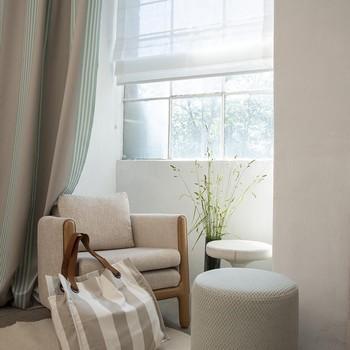 [ Colorthérapie] Le blanc, surtout quand il est subtilement travaillé, est une couleur qui fait vibrer la lumière et les matière. D'un matériau à l'autre, au fil du jour et de l'éclairage, le blanc va occuper un spectre chromatique beaucoup plus large que ce que l'on pourrait croire. Blanche au premier coup d'oeil, cette ambiance joue avec les nuances nacrées et les textures des tissages pour un résultat apaisant et chaleureux. #fontainedaniel  #mayenne #paysdeloire #toilesdemayenne  #mcommemayenne #colorthérapie #trees #forest #nature #spring #fabricationfrançaise #fontainedaniel #tissagetoilesdemayenne #savoirfairefrançais #epv #décorationintérieure #decoration #homedecor #homeinspiration #home #homesweethome #interiorliving #architectureintérieure #êtrebienchezsoi