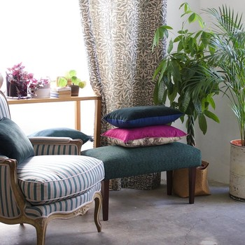 [ Equilibre et harmonie ] La réussite de la décoration d'un lieu dépend de la combinaison d'une foule d'éléments et notions. L'équilibre entre les espaces, la luminosité et les éclairages, les teintes et les matériaux (mobiliers et accessoires compris) est la clé de l'harmonie. C'est de la rencontre dans un même espace et dans une certaine lumière, des mobiliers aux textures différentes, des accords de teintes ou des motifs sur les murs, du choix des textiles pour les rideaux, canapés et tapis que va naître l'atmosphère et le bien-être que les occupants du lieu ressentiront. #toilesdemayenne #fabricationfrançaise #conseildeco #savoirfairefrançais #epv #soutienauxentreprisesfrançaises #décorationintérieure #decoration #homedecor #homeinspiration #home #homesweethome #interiorliving #architectureintérieure #êtrebienchezsoi