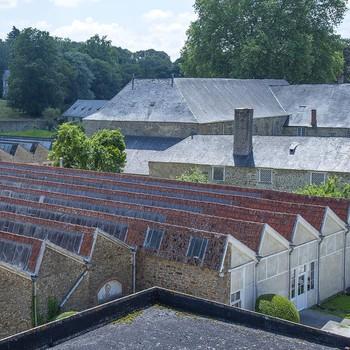 [ Éclairage naturel ] Ces toits en dents de scie que l'on voit depuis le bâtiment qui surplombe l'Abbaye cistercienne, s'appellent des Sheds. Ils abritent actuellement, l'atelier de coupe, les deux stocks et le tissage. Inventés en Angleterre au XIXe siècle, ils sont encore une nouveauté en France, lors de la construction en 1894 de ces nouveaux ateliers nécessaires au développement de la manufacture. Les liens entre l'Angleterre et la France dans l'univers du textile ont de tout temps été importants et l'origine Anglaise de Sensitive Armfield n'a pu que faciliter le choix de cette modernité. Le terme « Shed » ( qui veut dire baraque, cabane ou hangar) apparaît dans l'industrie textile anglaise, où il désignait la « foule », c'est-à-dire l'ouverture absolue de la chaîne d'un métier à tisser lors du passage de la navette (la nappe de fils de chaîne soulevés présente alors deux pentes, comme celles d'un toit). Ces toits en Shed qui apparaissent au  xixe siècle accompagnent le développement des manufactures. Cette toiture innovante permettant d'éclairer de façon naturelle de très grandes surfaces de travail. Le Shed fait entrer la lumière au cœur des ateliers et des usines. La partie vitrée est orientée vers le nord, car la lumière du nord est constante, ce qui permet d'éviter la surchauffe due au soleil direct ainsi que l'éblouissement des travailleurs. La pente du versant vitré pouvant aller jusqu'à la verticale. #manufacturetoilesdemayenne #manufacture #fontainedaniel #patrimoineindustriel #industrietextile #lin #linen #colorthérapie #patrimoine #savoirfairefrançais #epv #sheds #mayenne #mayennetourisme #paysdelaloire #regionpaysdelaloire #mayenneinsta #igersmayenne
