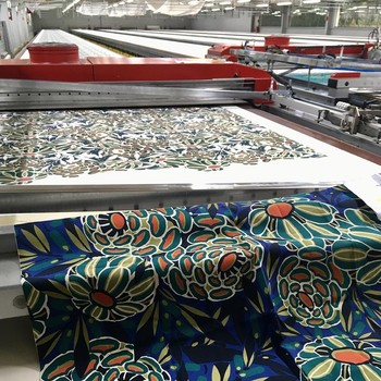 [ Impression Textile ] De la création à la mise en vente dans notre réseau, de très nombreuses étapes sont nécessaires. Passer de la gouache originale au tissu terminé fait intervenir des savoir-faire nombreux, très qualifiés, spécialisés et parfois rares, comme par exemple la phase d'impression aux cadres, processus incroyable et fascinant réalisé à Laval (à 30 km de notre Manufacture) chez @tissusdavesnieres. Sur cette photo, c'est notre dessin Stella dans un coloris qui rencontre un vrai succès, qui est en cours d'impression pour éviter une rupture de stock. #creationtextile #designtextile #tissusdavesnieres #manufacturefrançaise #impressiontextile #imprimé #colorthérapie #savoirfairefrançais #epv #upholstery #décorationintérieure #decoration #homedecor #homeinspiration #home #homesweethome #interiorliving #architectureintérieure #êtrebienchezsoi