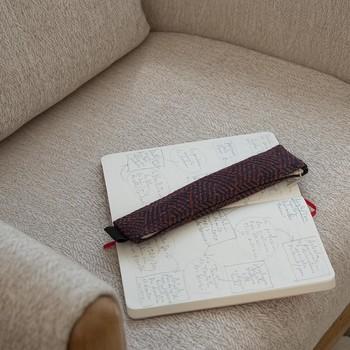 [ La trousse idéale ] Mind-mapping, to-do listes, écriture automatique, notes ou pensées précieuses, le papier et les crayons sont encore les alliers de beaucoup d'entre-nous. C'est en pensant à cette pratique partagée par beaucoup que nous avons conçues ces petites trousses à la taille idéale pour avoir avec soi stylos et crayons préférés. #troussetoilesdemayenne #rideauxtoilesdemayenne #rideaux #rideau #surmesure #rideauxsurmesure #colorthérapie #savoirfairefrançais #epv #upholstery #décorationintérieure #decoration #homedecor #homeinspiration #home #homesweethome #interiorliving #architectureintérieure #êtrebienchezsoi #rhodiaramagoalbook #rhodia