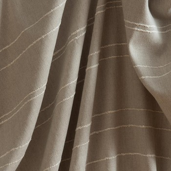 [ Poétique Alchimie ] Le nouveau tissage Suffolk mêle 2 matières nobles et naturelles, le lin et la laine, et prend le parti d'une fine rayure horizontale de laine bouclée pour animer et rythmer irrégulièrement la surface de sa toile de lin. Proposé en tissu pour rideaux, Suffolk, sous son allure intemporelle, revendique la personnalité audacieuse d'une main authentique et vraie. Il évoque le tissage artisanal par l'irrégularité assumée de sa bouclette et l'audace de son graphisme horizontal. #suffolktoilesdemayenne #toilesdemayenne #tissage #tissagefrançais #lin #rideaux #rideau #surmesure #rideauxsurmesure #manufacturetoilesdemayenne #savoirfairefrançais #epv #fabriqueenfrance #décorationintérieure #decoration #décorationintérieure #decoration #homedecor #homeinspiration #home #homesweethome #interiorliving #architectureintérieure #êtrebienchezsoi