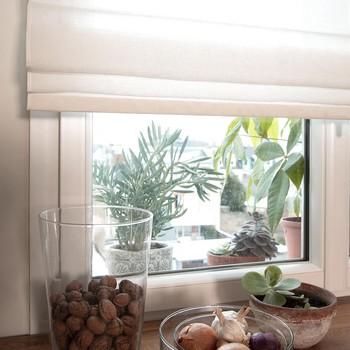 [ Fenêtre avec vue ] Habiller de stores une fenêtre n'a pas pour seul effet de doser la luminosité : le tissu du store bateau apporte souplesse et douceur en compensant le côté froid et dur du verre. C'est aussi une efficace manière de guider le regard vers la végétation du dehors tout en masquant l'éventuel vis à vis et enfin, le store en structurant l'espace mettra en valeur les quelques plantes ou objets placés au bord de la fenêtre. Si vous vous demandez quel tissu et quel type de store choisir, demandez-nous, nous serons heureux de vous aider à faire le bon choix. #manufacturetoilesdemayenne #storestoilesdemayenne #rideauxtoilesdemayenne #rideaux #rideau #surmesure #rideauxsurmesure #colorthérapie #savoirfairefrançais #epv #upholstery #décorationintérieure #decoration #homedecor #homeinspiration #home #homesweethome #interiorliving #architectureintérieure #êtrebienchezsoi