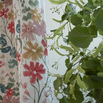 [ Vibrations poétiques ] Il n'y a jamais trop de fleurs dans une maison. Vocabulaire poétique, palette lumineuse et douce, le motif floral invite la lumière à  jouer entre les pétales parfumés et ceux brodés. La douceur et les bienfaits du végétal, que ce soit en bouquet ou en tissu vient au secours des rudesses de notre époque par un effet apaisant sur nos vies intérieures. Merveilleuse brassée de Tilleul qui embaume la pièce de son parfum subtil et clin d'œil à nos amies qui sont en train de faire naître @til_timetocare autour des arbres centenaires de leur maison de famille. #poesytoilesdemayenne #rideauxtoilesdemayenne #rideaux #rideau #surmesure #rideauxsurmesure #colorthérapie #manufacturetoilesdemayenne #savoirfairefrançais #epv #upholstery #décorationintérieure #decoration #homedecor #homeinspiration #home #homesweethome #interiorliving #architectureintérieure #êtrebienchezsoi