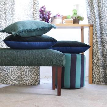 [ Mobiles et déco ] Les petits sièges nomades comme les poufs et les banquettes apportent beaucoup à une pièce de vie. Visuellement, ils rendent les interactions entre les plus gros éléments (comme les canapés et les fauteuils) plus dynamiques et rythment l'espace dans la pièce en facilitant les conversations, les déplacements et les gestes. Traités en couleurs, un peu comme les coussins, ils apportent de l'éclat et du style à la pièce. Faciles à déplacer, ils servent de petit siège bien-sûr, de tables basses à l'occasion ou de bout de lit dans les chambre. #toilesdemayenne  #fabricationfrançaise #pouftoilesdemayenne #banquettetoilesdemayenne #manufacturetoilesdemayenne #tissagetoilesdemayenne #rideauxtoilesdemayenne #rideaux #rideau #surmesure #rideauxsurmesure #colorthérapie #savoirfairefrançais #epv #décorationintérieure #decoration #homedecor #homeinspiration #home #homesweethome #interiorliving #architectureintérieure #êtrebienchezsoi