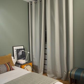 [ Un dressing habillé ] Choisir de cacher un dressing derrière des rideaux a plusieurs avantages : un vrai gain de place, puisqu'il n'y a pas de porte à ouvrir et qu'un rideau ouvert occupe en général moins de 10 cm, une vraie élégance décorative pour la pièce et en particulier si le dressing est dans la chambre, et pour finir, le choix de rideaux au lieu de portes augmente le confort acoustique en apportant une agréable sonorité feutrée à la pièce. Détail à remarquer, l'effet ton sur ton entre la peinture et les rideaux est ici donné par la lumière et le jeu de matière : les teintes sont harmonieuses et coordonnées mais pas exactement identiques et le résultat n'en est que plus subtil.  #toilesdemayenne  #fabricationfrançaise #janeirotoilesdemayenne #rideauxtoilesdemayenne #rideaux #rideau #surmesure #rideauxsurmesure #colorthérapie #savoirfairefrançais #epv #décorationintérieure #decoration #homedecor #homeinspiration #home #homesweethome #interiorliving #architectureintérieure #êtrebienchezsoi