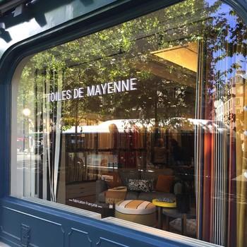 [ Soyez accompagné.e ] Vous hésitez sur le choix du tissu, ou de la finition adéquate pour vos rideaux ? Tout choisir en ligne n'est pas toujours facile. Poussez la porte de l'un de nos seize magasins et nous vous proposerons des solutions sur-mesure. En photo, la boutique de l'avenue Niel à Paris.  #manufacturetoilesdemayenne #rideauxtoilesdemayenne #rideaux #rideau #surmesure #rideauxsurmesure #colorthérapie #savoirfairefrançais #epv #upholstery #décorationintérieure #decoration #homedecor #homeinspiration #home #homesweethome #interiorliving #architectureintérieure #êtrebienchezsoi