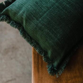 [ Contraste tactile ] Dans la gestion d'un projet de décoration, travailler les textures compte autant que la couleur et les motifs. En faisant appel au toucher et donc à la palette des différents matériaux, on apporte beaucoup de subtilité à la décoration globale. Notre coussin Gabriel doit certainement une bonne part de son succès, non seulement à ses franges, mais aussi à sa texture proche du velours. Mobilier @obrocdesdames Stylisme @river.home.deco Photo @jerometarakci #toilesdemayenne #fabricationfrançaise #gabrieltoilesdemayenne #savoirfairefrançais #epv #soutienauxentreprisesfrançaises #décorationintérieure #decoration #homedecor #homeinspiration #home #homesweethome #interiorliving #architectureintérieure #êtrebienchezsoi