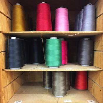 [ Au fil des mots ] Ici, tout n'est pas cousu de fil blanc ! Trouver la bonne nuance pour correspondre au mieux au tissu donne parfois du fil à retordre aux couturières. Avec un vrai choix de bobines et de fil en aiguille, on arrive toujours à trouver la bonne teinte. La règle est que le fil à coudre soit un ton au-dessus de la couleur du tissu, alors dans l'atelier, les bobines colorées sont comme une palette, un stock de couleurs qui s'étoffe au fil du temps. #manufacturetoilesdemayenne ##tissagetoilesdemayenne #rideauxtoilesdemayenne #rideaux #rideau #surmesure #rideauxsurmesure #colorthérapie #savoirfairefrançais #epv #upholstery #décorationintérieure #decoration #homedecor #homeinspiration #home #homesweethome #interiorliving #architectureintérieure #êtrebienchezsoi