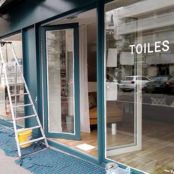 [ Peinture sèche ] Petit à petit les vitrines des boutiques Toiles de Mayenne prennent de la couleur ! Cette fois c'est la grande facade de Boulogne Billancourt qui vient d'être repeinte dans ce coloris chic et chaleureux. #toilesdemayenne #savoirfairefrancais #fabricationfrancaise #epv #boulognebillancourt