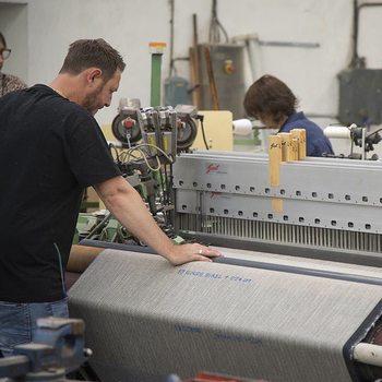 [ Création et Fabrication ] Dans l'atelier de tissage, @sylvie_becq et John Flore s'activent pour faire naître la nouvelle collection «Poétique Alchimie», orchestrée par Clotilde Boutrolle. Aboutissement de recherches textiles menées conjointement depuis la fin de l'année 2020 et tout au long de 2021 sur les métiers à tisser de la Manufacture, ce travail sera présenté place des Victoires lors de la @parisdesignweek et va nourrir l'univers de la marque.  #parisdesignweek #toilesdemayenne #tissage #tissagefrançais #lin #rideaux #rideau #surmesure #rideauxsurmesure #manufacturetoilesdemayenne #savoirfairefrançais #epv #fabriqueenfrance #décorationintérieure #decoration