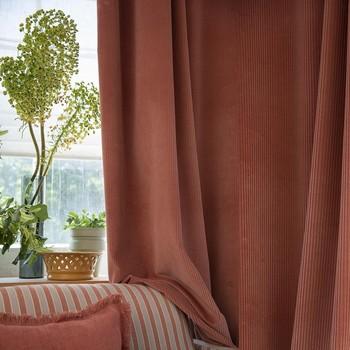 [ Corduroy ] À la fois graphisme et texture, la côte de ce nouveau velours rythme le tombé du rideau. Souple, doux, moderne et intemporel à la fois, le velours côtelé passe des sièges aux rideaux avec agilité. Découvrez dans les boutiques Toiles de Mayenne la gamme couleurs de cette nouveauté. #corduroytoilesdemayenne #rideauxtoilesdemayenne #rideaux #rideau #surmesure #rideauxsurmesure #colorthérapie #manufacturetoilesdemayenne #savoirfairefrançais #epv #upholstery #décorationintérieure #decoration #homedecor #homeinspiration #home #homesweethome #interiorliving #architectureintérieure #êtrebienchezsoi