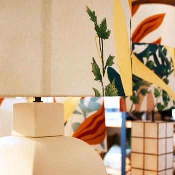 [ Mise en Lumière ] Transformer une lampe en objet décoratif est la proposition que nous vous faisons avec les abat-jour Eden. Proposés en 3 formats et volontairement réalisés dans ce lin imprimé au décors exceptionnellement grand, ils sont de ce fait, presque chacun unique. Vous trouverez pour l'instant ces pièces dans les boutiques de Fontaine-Daniel et Victoires à Paris. Ces abat-jour sont l'occasion d'une belle collaboration avec une autre manufacture française basée en Touraine #creationtextile #designtextile #tissusdavesnieres #manufacturefrançaise #impressiontextile #imprimé #colorthérapie #savoirfairefrançais #epv #upholstery #décorationintérieure #decoration #homedecor #homeinspiration #home #homesweethome #interiorliving #architectureintérieure #êtrebienchezsoi